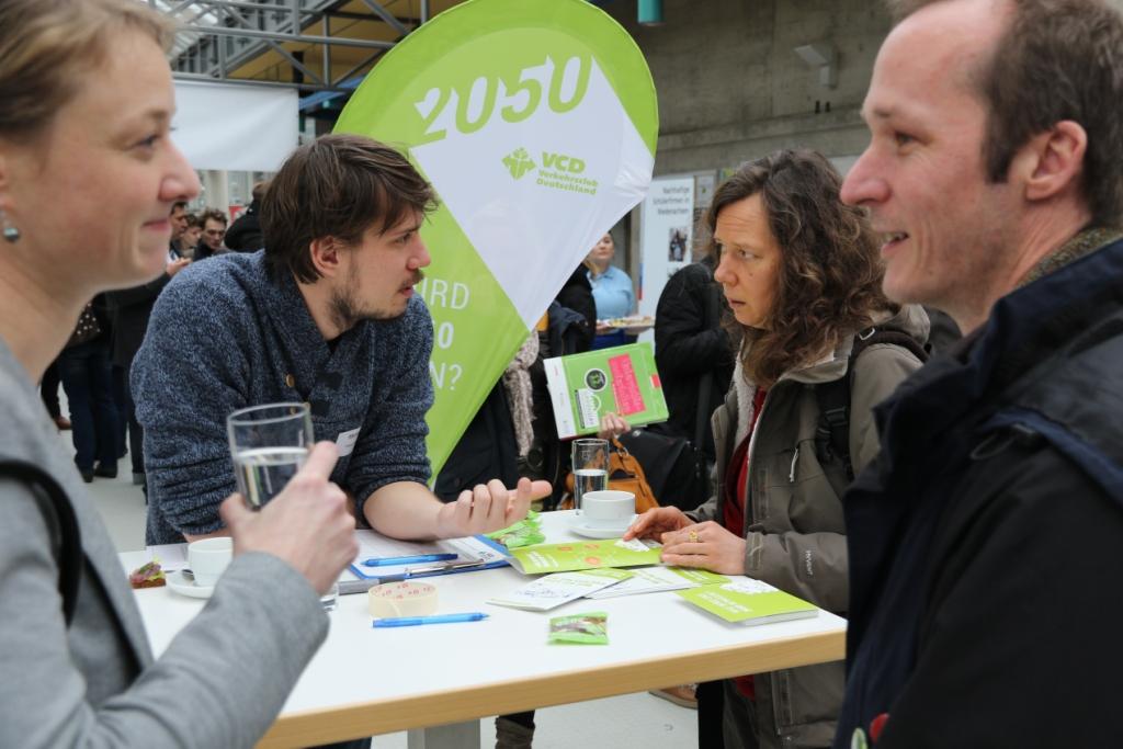 Tagungsgäste im Gespräch während Projektpräsentationen bei der Tagung BBS futur 2.0 an der Leuphana Universität Lüneburg