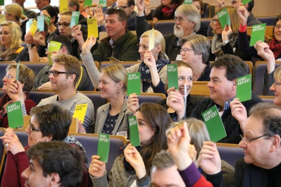 Tagungsgäste bei der Abstimmung während der Tagung BBS futur 2.0 an der Leuphana Universität Lüneburg