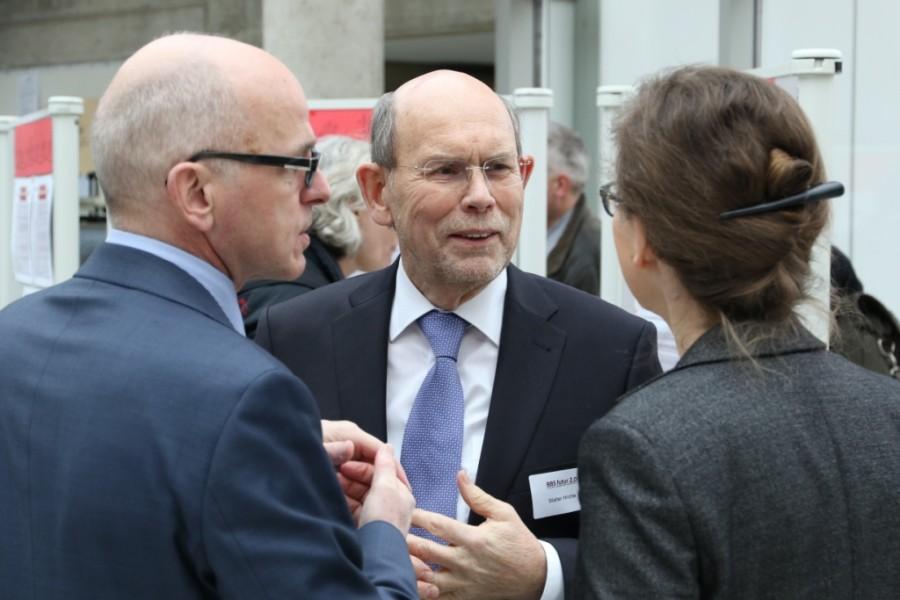 Walter Hirche im Gespräch bei der Tagung BBS futur 2.0 an der Leuphana Universität Lüneburg