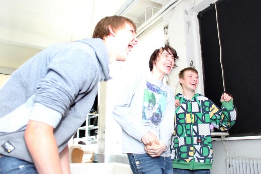 Jugendliche spielen während des PLAY Festivals für kreatives Computerspielen