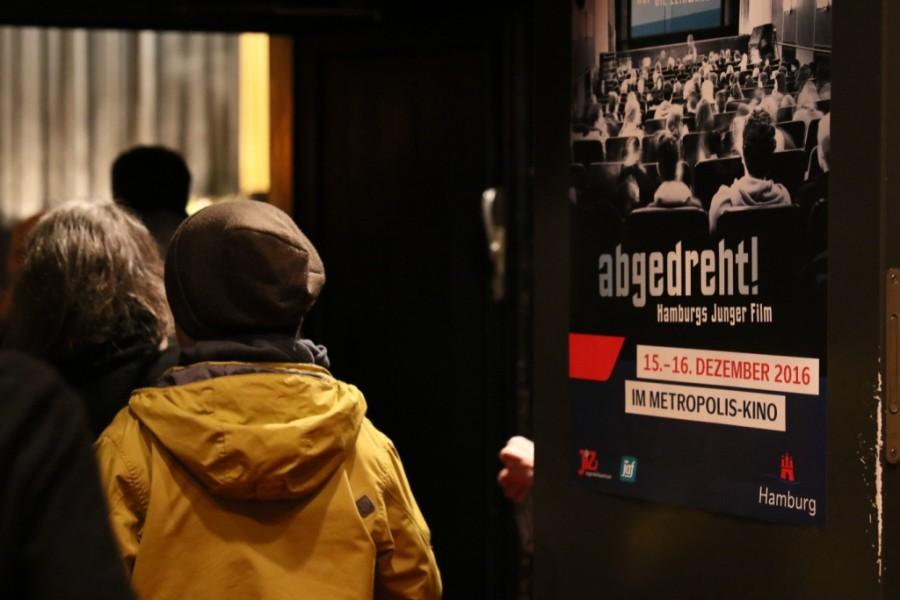 Zuschauer beim Einlass vor Plakat beim Filmfestival abgedreht in Hamburg