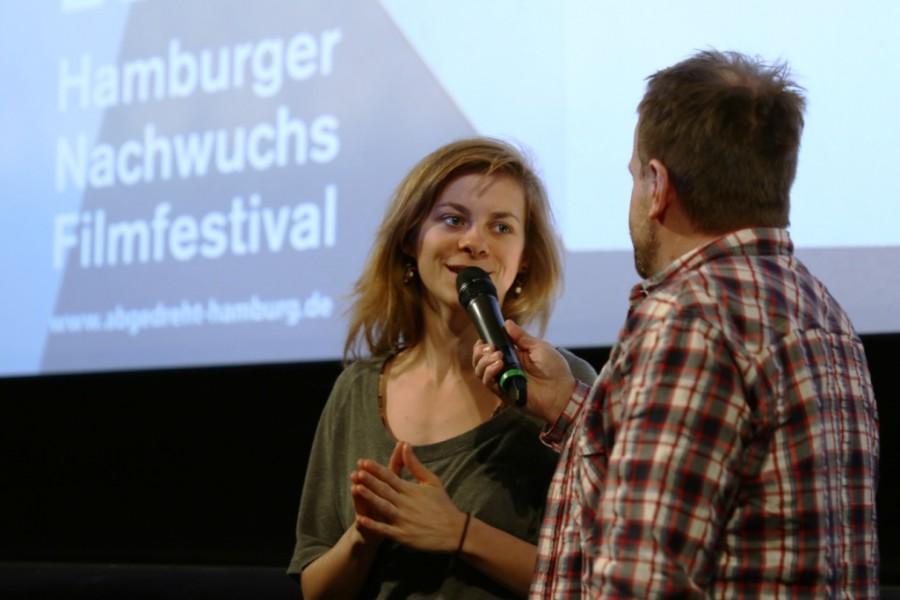 Filmemacherin Lisa Zielke auf der Bühne beim abgedreht Nachwuchs Filmfestival