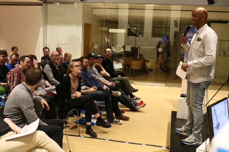 Moderator Yared Dibaba auf der Bühne im Museum für Kunst und Gewerbe Hamburg