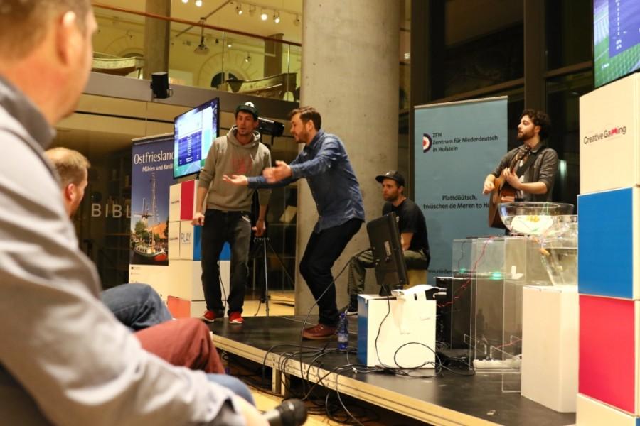 Musikalische Eröffnung des Live Let's Play durch die auf Plattdeutsch rappenden Blowm&Maddin un de Maudefaades