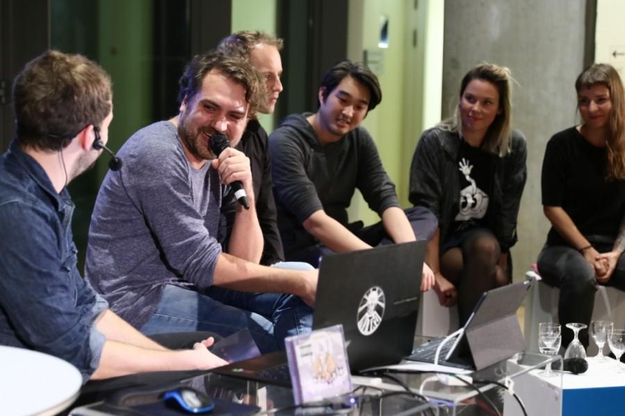 """Jan """"Poki"""" Müller-Michaelis und weitere Gäste auf der Bühne bei der PLAY Show im Museum für Kunst und Gewerbe Hamburg"""