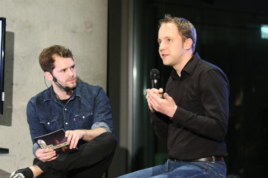 Moderator Gunnar Krupp und Hendrik Klindworth von Innogames auf der Bühne der PLAY Show im Museum für Kunst und Gewerbe Hamburg