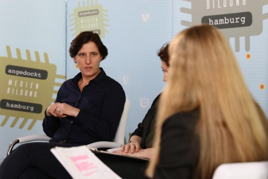 Sabine Eder vom Verein Blickwechsel e.V. bei der Diskussionrunde angedockt: Medienbildung Hamburg in der Kita Christianskirche Hamburg