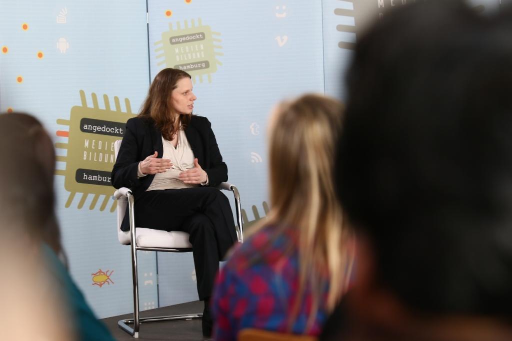 Sozialsenatorin Dr. Melanie Leonhard bei der Diskussionrunde angedockt: Medienbildung Hamburg in der Kita Christianskirche Hamburg