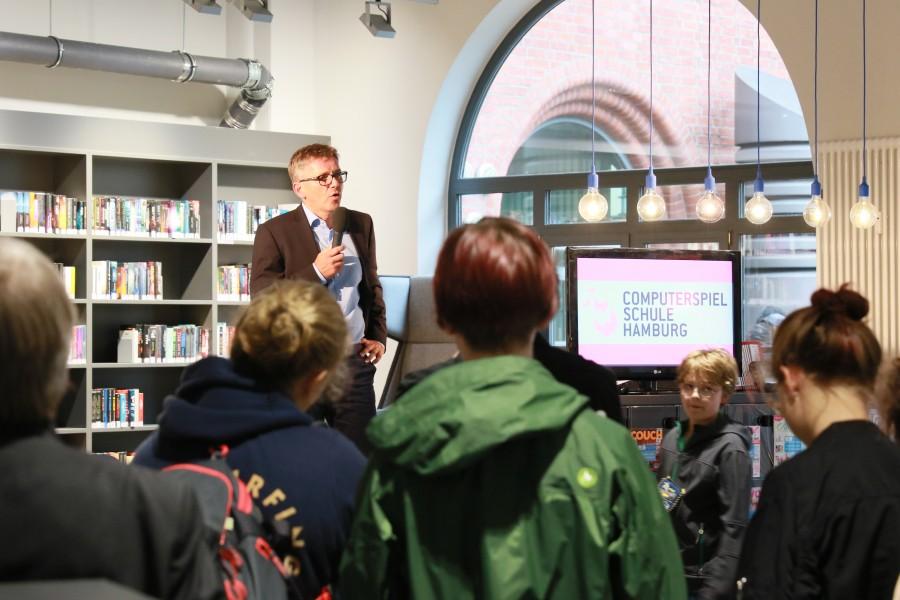 Der Geschäftsführer der Bücherhallen Hamburg, Michael Studt, auf der Bühne bei der Eröffnung der ComputerSpielSchule Hamburg